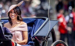 Ducesa de Sussex și Culoarea roz