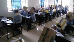 Idee ciudată la un liceu din India.Cutii de carton pe capul elevilor pentru a nu copia la examene