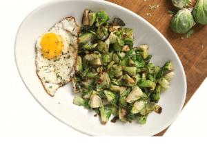 Varză de Bruxelles cu ouă pentru mic dejun