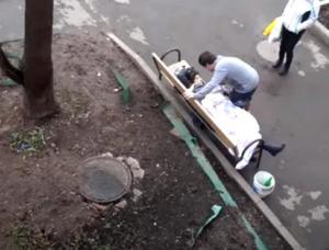 O rusoaică a murit pe o bancă din fața blocului în care locuia, la o zi după ce a fost testată negativ pentru COVID-19