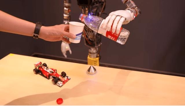 100 de roboți în China pentru a ajuta în criza coronavirus.Cei mai mulți au ajuns în spitale 3