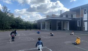 """Copiii sunt obligați să se joace fiecare în """"careul"""" lui. Cum arată școala în Franța după revenirea la cursuri"""