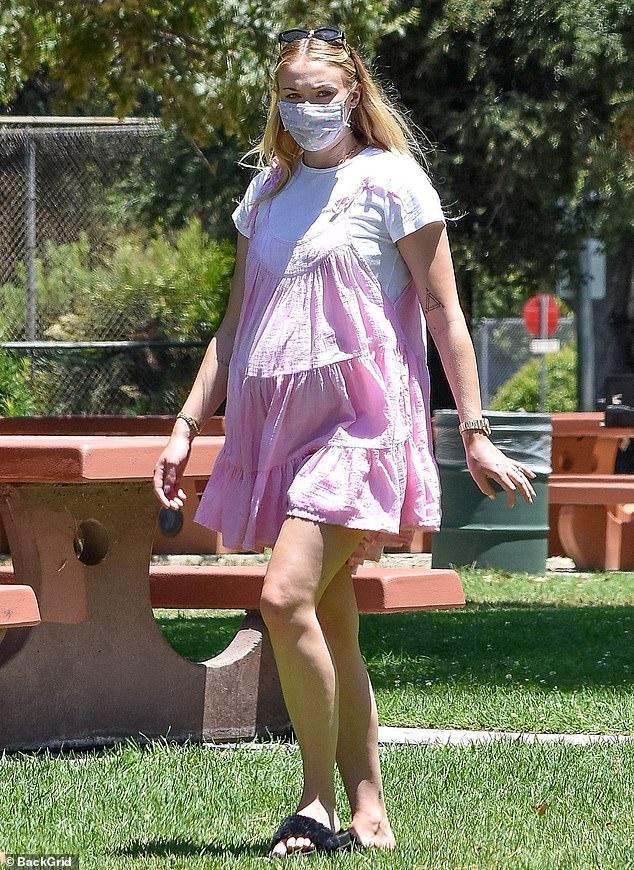 Sophie Turner, însărcinată, la un picnic în LA cu soțul, Joe Jonas, și părinții ei. (Galerie foto) 18