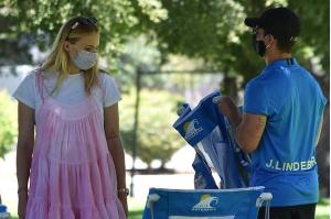 Sophie Turner, însărcinată, la un picnic în LA cu soțul, Joe Jonas, și părinții ei. (Galerie foto)
