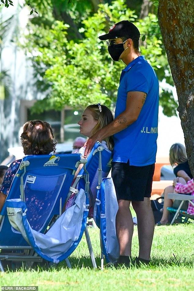Sophie Turner, însărcinată, la un picnic în LA cu soțul, Joe Jonas, și părinții ei. (Galerie foto) 4