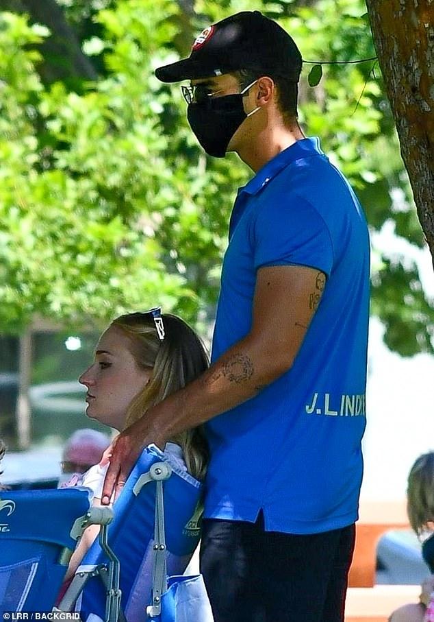 Sophie Turner, însărcinată, la un picnic în LA cu soțul, Joe Jonas, și părinții ei. (Galerie foto) 3