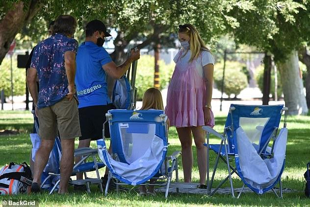Sophie Turner, însărcinată, la un picnic în LA cu soțul, Joe Jonas, și părinții ei. (Galerie foto) 11