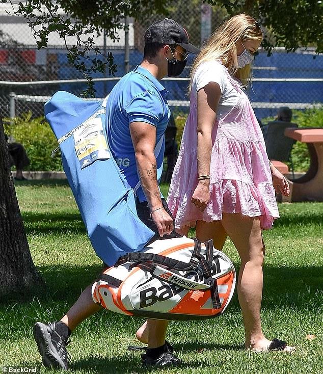 Sophie Turner, însărcinată, la un picnic în LA cu soțul, Joe Jonas, și părinții ei. (Galerie foto) 10