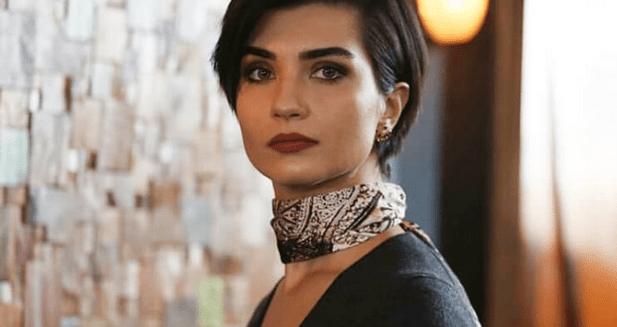 Tuba Büyüküstün apare în episodul 1 din Menajerimi Ara (Sună-mi impresarul) 2