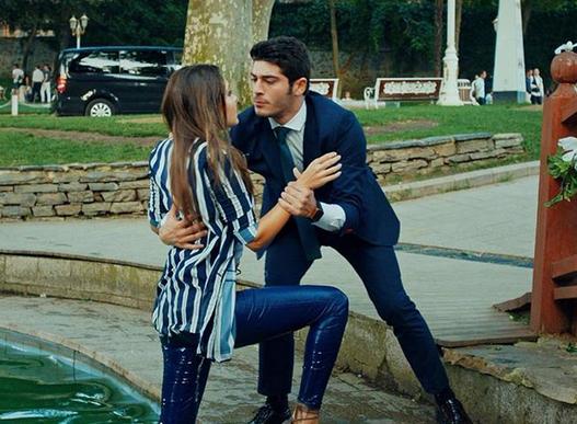 Aşk Laftan Anlamaz (Dragostea nu înțelege cuvintele) cu Hande Erçel și Burak Deniz-Serial de comedie romantică 15