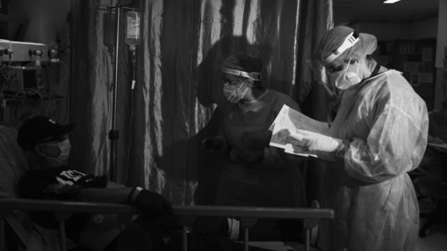 Actorul Benedict Cumberbatch, alături de artişti români, prezintă în proiecţii uriaşe lupta medicilor români cu virusul ucigaş 13