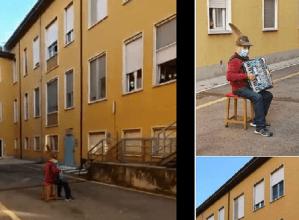 Un bărbat de 81 de ani i-a cântat serenade soţiei sale de 74 de ani internată în spital