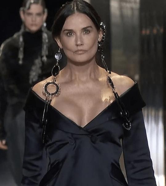 Demi Moore, aspect dramatic pe podiumul de la Fashion Week Paris 2021 5