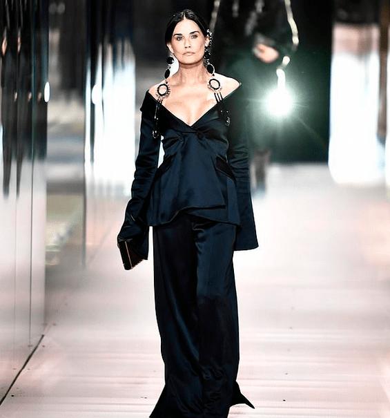 Demi Moore, aspect dramatic pe podiumul de la Fashion Week Paris 2021 2