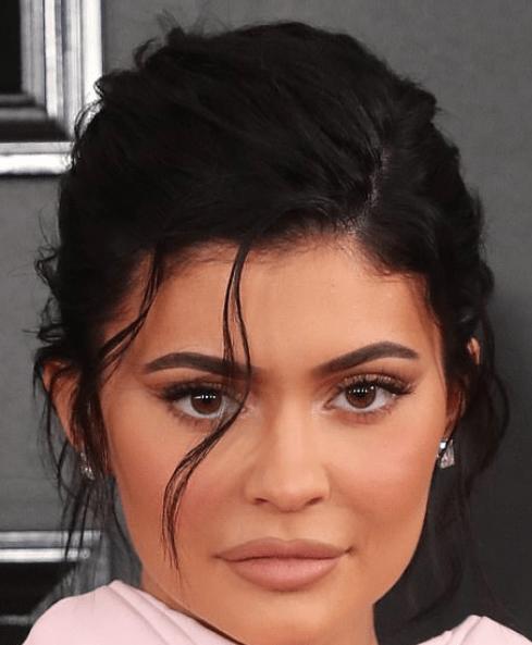 Cum și-a schimbat Kylie Jenner aspectul de-a lungul timpului 9