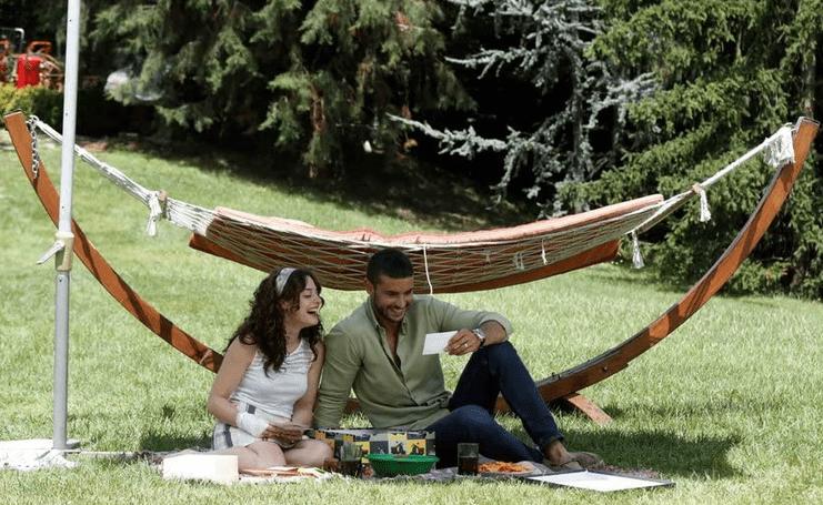 Berk Oktay și Seren Sirince în serialul İlişki Durumu Karışık