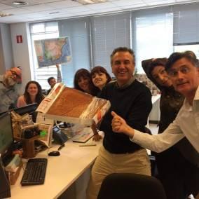 El equipo de Antena 3 disfrutando de nuestro sobao de 3kg