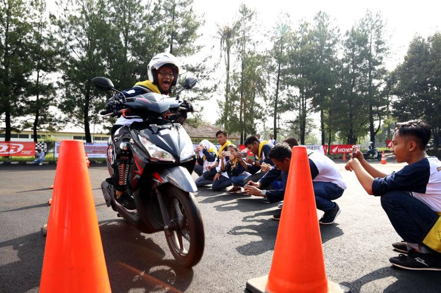 AHM Ajak Kaum Milenials Kalangan Pelajar Jago Ngeblog dan Safety Riding