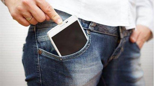 Menaruh hp di kantong celana