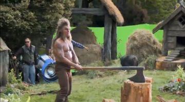 Beorn cortando leña