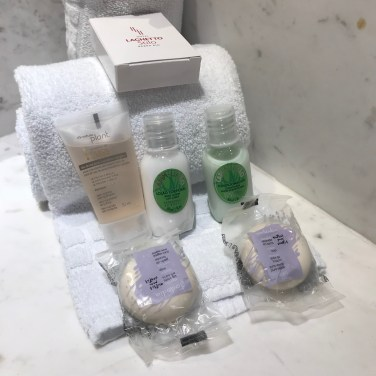 Produtos para cuidados pessoais na suíte do hotel