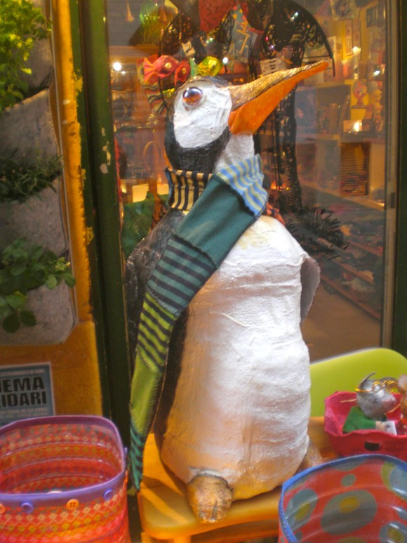 Pingui, creo es su nombre. Esta hecho con una garrafa de agua.