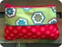 Monedero de tela con cremallera.Está hecho mezclando varias telas de bonitos diseños. Por detrás es de color liso. La cremallera va a conjunto con los colores de las telas.