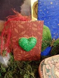 Hechos con cartón reciclado del papel higiénico y trabajo creativo