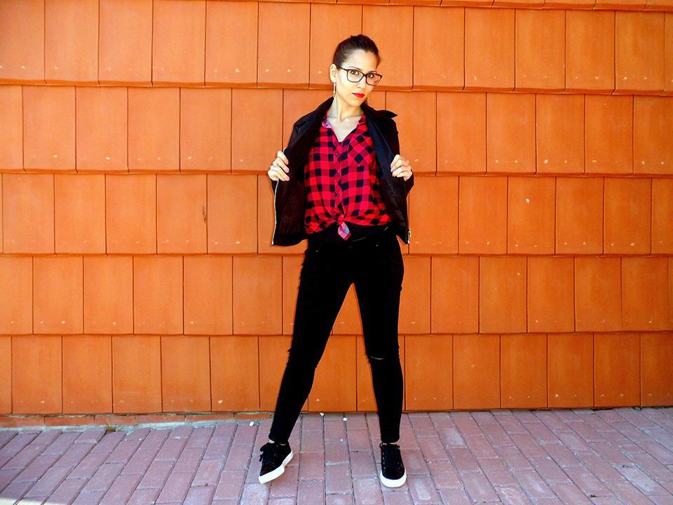 Camisa de cuadros con chaqueta de cuero, jeans rotos y bambas
