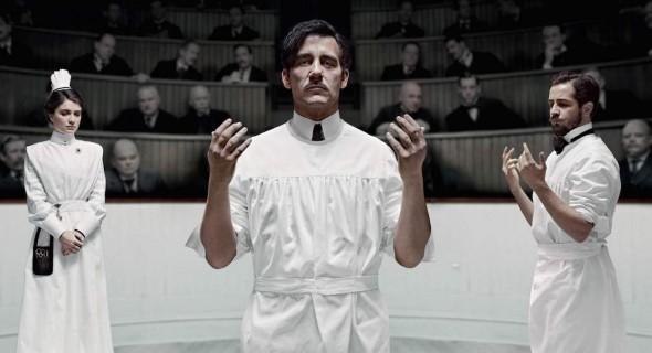 Imagen promocional de la serie The Knick protagonizada por Clive Owen.