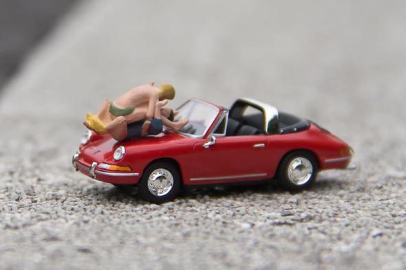 Sexo y coches deportivos. Foto: Mr Peluche.