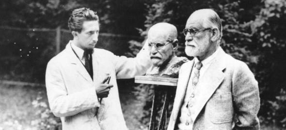 El escultor Oskar Nemon trabajando en el busto de Freud. Foto: Freud Museum London.