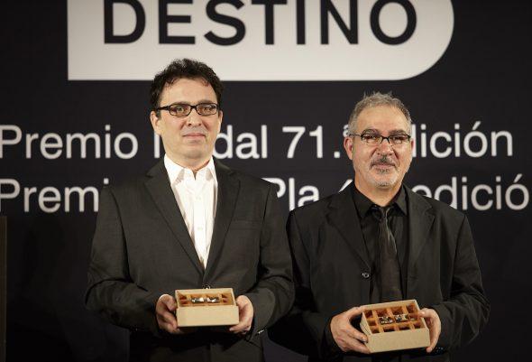 Los escritores José C. Vales y  Andreu Carranza, ganadores de los premios Nadal y Pla respectivamente. Foto: