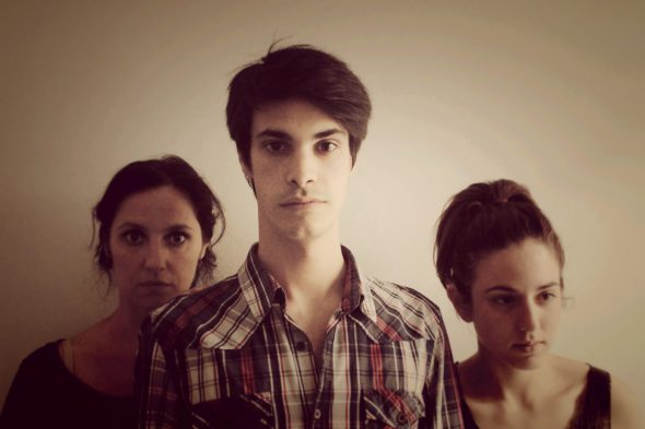 Los tres actores de la obra 'Como si pasara un tren'.
