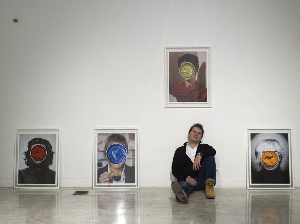 El artista Carlos Torio con parte de su obra en el Instituto Europeo de Diseño de Madrid. Foto: Luis Asín.