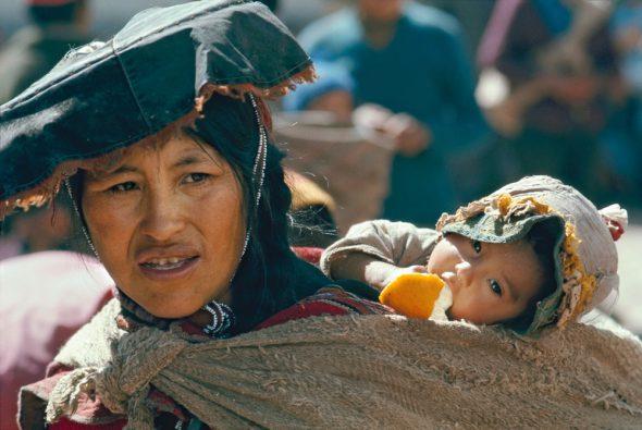 Una madre con su hijo en Perú. Foto: Eduardo Aznar.