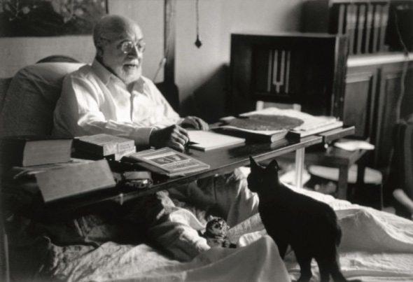 El pintor Henri Matisse en la cama con su gato negro. ©Robert Capa ©International Center of Photography/Magnum Photos