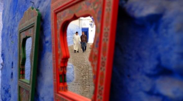 Reflejo en una calle de Chaouen, el pueblo azul, en las montañas del Riff. Foto: J.Barandica