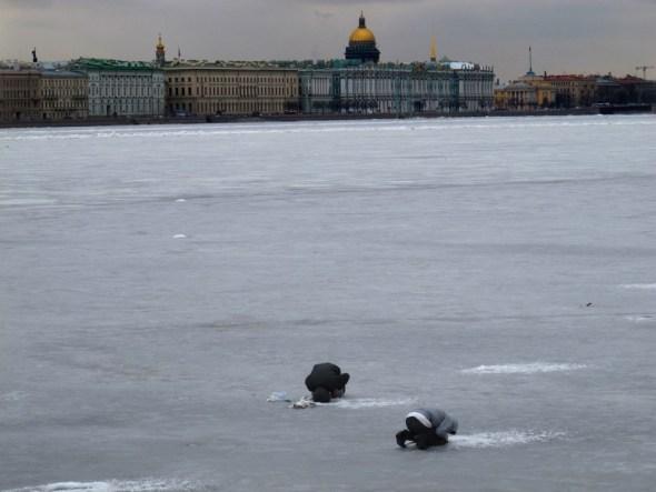 Pescando sobre el río Neva en San Petersburgo con El Hermitage al fondo. Foto: J.Barandica /