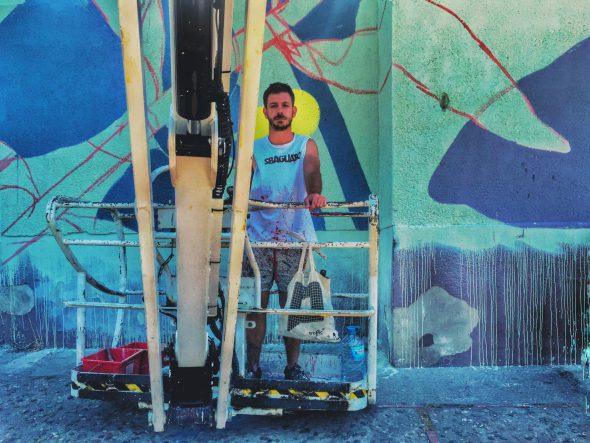 El artista argentino Pastel en la cesta de la grúa en la Font de la Pólvora de Girona. Foto: Manuel Cuéllar.