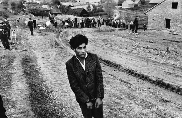 Eslovaquia (Jarabina), 1963. Reconstrucción de un homicidio. Joseph Koudelka.