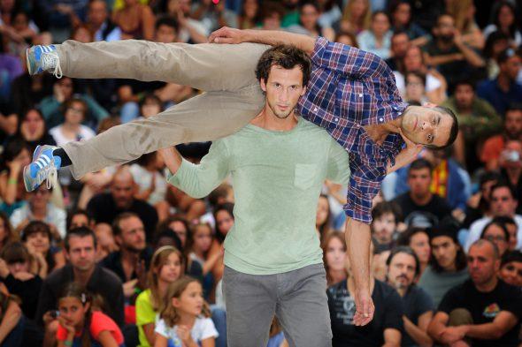 Un momento del espectáculo Hands Down de la compañía Chameleon. Foto: Roberto Villalón.