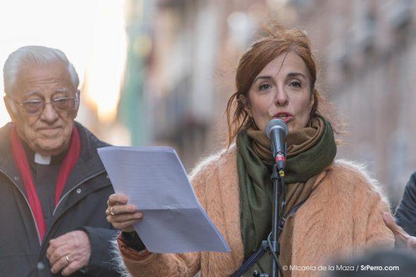 Elvira Lindo y el Padre Ángel durante el pregón de San Antón. Foto: Micaela de la Maza / SrPerro.com