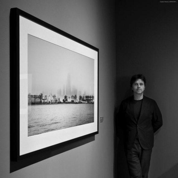 El director canario Juan Carlos Fresnadillo junto a una de las imágenes de su exposición. Fotografía de Jaime Chinarro.