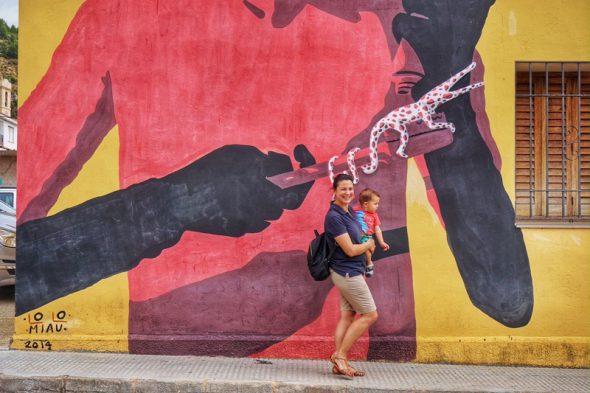 Una mujer pasea con su hija por una calle de Fanzara. Foto: Manuel Cuéllar.