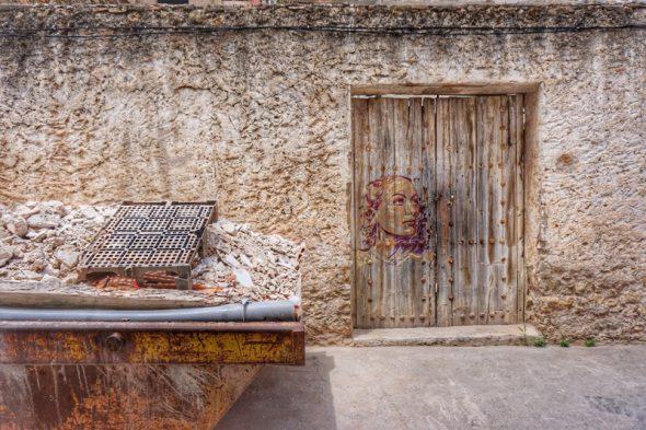 Una puerta decorada en el pueblo de Fanzara. Foto: Manuel Cuéllar.