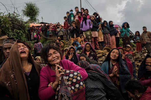 Noticias Generales. Tercer Premio. Reportajes gráficos Pie de foto: Daniel Berehulak, Australia, The New York Times, Consecuencias de un terremoto, Nepal, Abril y Mayo 8 de mayo de 2015. Las consecuencias del terremoto de magnitud 7,8 del 25 de abril, en Nepal. Una mujer llora mientras es recuperado el cuerpo de su hija de las ruinas de su casa. Gumda, Nepal.