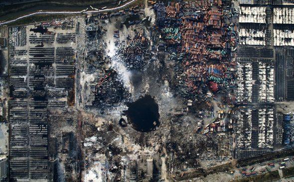 Noticias Generales. Tercer Premio. Fotografías individuales. Foto de Chen Jie (China). Explosión en Tianjin. !5 de agosto de 2015. Un gran agujero, vehículos destrozados y edificios dañados, a consecuencia de las explosiones que tuvieron lugar en la estación de almacenamiento de contenedores de una empresa logística en el puerto de Tianjin, al noreste de china.