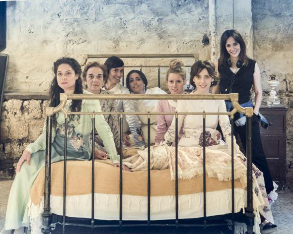 A la derecha, de negro, la directora Paula Ortiz con el elenco de mujeres de 'La Novia' durante el rodaje de la película.