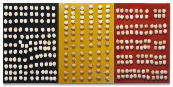 Marcel Broodthaers. Sin título. Tríptico. Cáscaras de huevo sobre tres lienzos pintados. Imagen cortesía de María Gilissen Archives of Marcel Broodthaers.